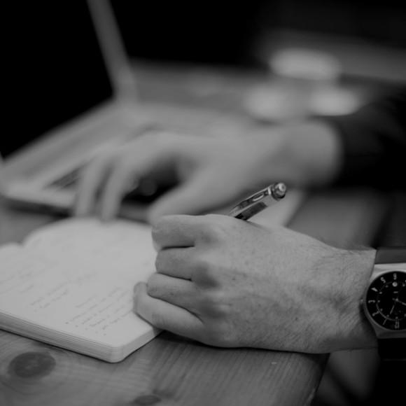 person-apple-laptop-notebook illum.dk