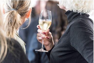 Champagneglas_kvindehånd - Løgis.jpg lille